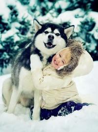 Аватар вконтакте Счастливый мальчик с собакой на снегу