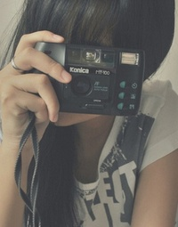 Обои Девушка с фотоаппаратом в руке