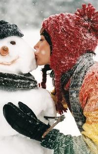 Аватар вконтакте Девушка целует снеговика