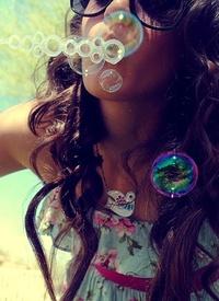 Аватар вконтакте Девушка пускает мыльные пузыри