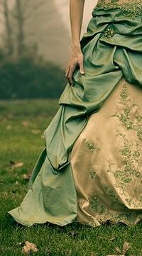 Обои Девушка в пышном платье на природе