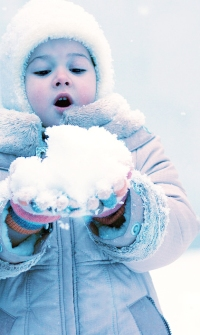 Обои Девочка держит в руках горсть снега