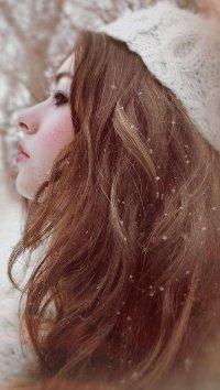 Обои Девушка в шапке под снегом