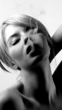 Аватар вконтакте Блондинка, испускающая дым из губ