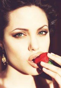 Обои Анджелина Джоли (Angelina Jolie) ест клубнику