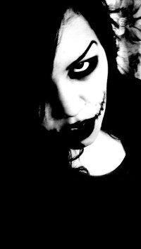 Аватар вконтакте Девушка с неудачным макияжем и зашитым ртом