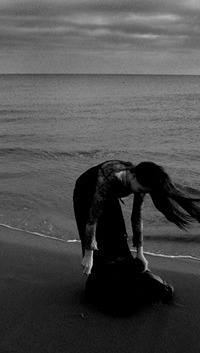 Грустные девушки на море фото