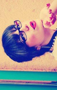 Аватар вконтакте Девушка посылает воздушный поцелуй