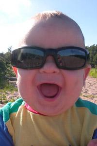 Обои Маленький мальчик в солнечных очках