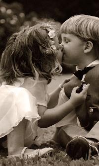 Аватар вконтакте Мальчик и девочка целуются