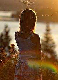 Аватар вконтакте Маленькая девочка смотрит на закат