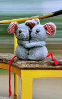 Обои Две плюшевые мышки обнимаются