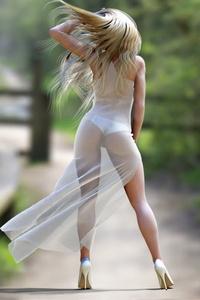 девушки в красивых прозрачных платьях