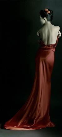 Фото девушки спиной в красном платье