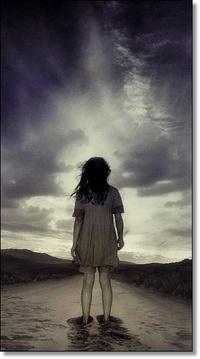 Обои Девочка стоит на дороге и смотрит на пасмурное небо