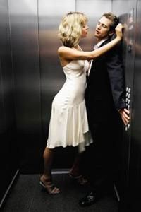 Парень пристаёт к девушке в лифте фото 310-931