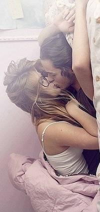 парень и девка лежит на кровати