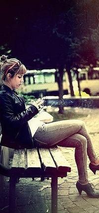 Смотреть фото девушки сидят на лавочке фото 676-855