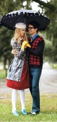 Обои Парень с девушкой под зонтом
