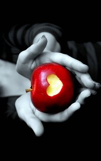 Обои Яблоко с вырезанным сердечком в руках у девушки