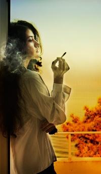 Обои Девушка курит на балконе