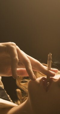 Обои Курящая девушка