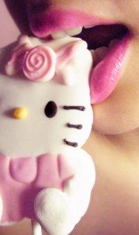 Аватар вконтакте Девушка ест конфету в виде Hello kitty