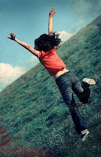 Обои Девушка прыгает в поле
