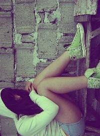 Обои Девушка в зеленых кедах грустит