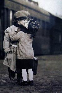 Аватар вконтакте Милые мальчик и девочка целуются на фоне поезда