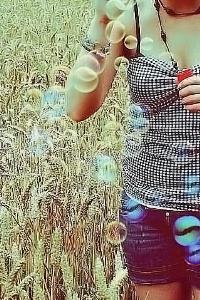 Красивые фото девушки и мыльные пузыри