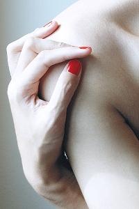 Обои Девушка с красным маникюром
