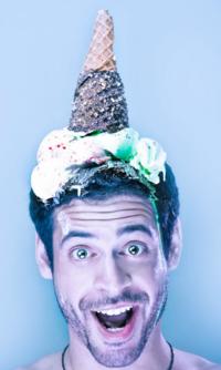 Обои Парень с мороженым на голове