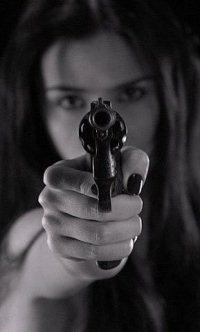 Обои Девушка направила дуло пистолета и готова выстрелить