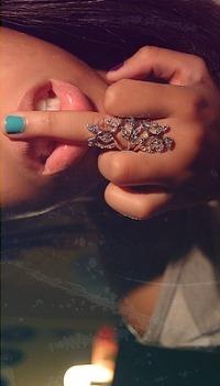 Гламурное фото девушки показывает факью