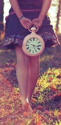 Обои Девушка с часами на природе