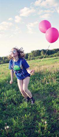 Обои Девушка в странной позе в наушниках и с шариками