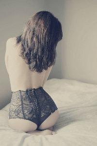 Аватар вконтакте Обнаженная девушка сидит на кровати