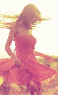 Девушки кружатся в платьях