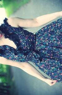 Обои Девушка в платье с цветочным принтом