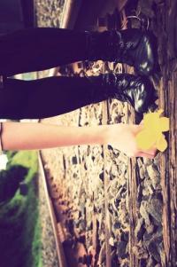 Обои Девушка поднимает цветок с железной дороги