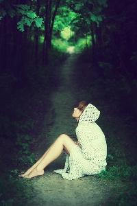 Обои Девушка сидит на лесной дороге