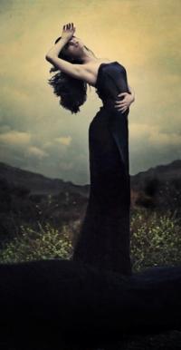 8f3a282dcde Аватар вконтакте Девушка в длинном черном платье на природе