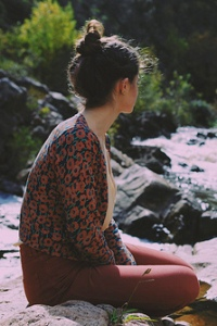 Аватар девушка на природе сидит у воды