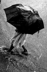 Аватар вконтакте Промокшая девушка с зонтом идет по луже
