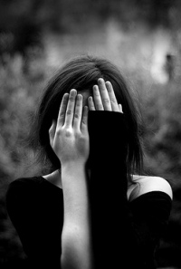 Аватар вконтакте Девушка закрыла лицо руками