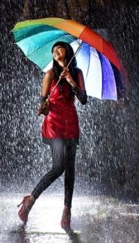 Аватар вконтакте Веселая девушка с радужным зонтом стоит под дождем