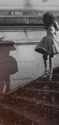Девушки на лестнице в коротком платье