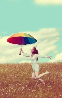 Обои Девушка с радужным зонтом на природе