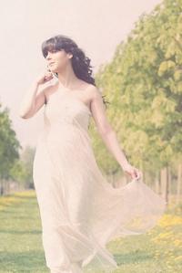 Фото девушки в легком платье